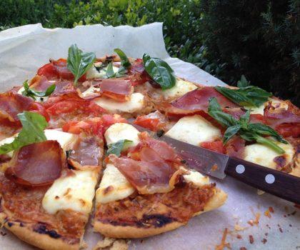 Пицца с домашним соусом из томатов, сулугуни и прошутто