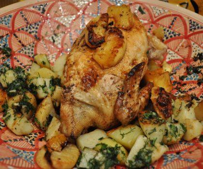 Цыпленок с пряными травами и чесноком, запеченный с картофелем
