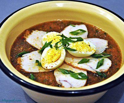 Гаспачо в грузинському стилі з копченою курячою грудинкою і перепелиними яйцями