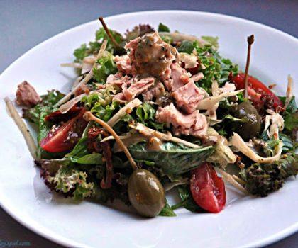 Салат з тунцем, маринованим фенхелем, томатами і каперсами з гірчично-медовою заправкою з анчоусами