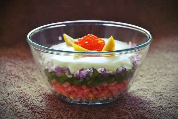 Салат з креветками, авокадо і вершковим соусом з білим вином