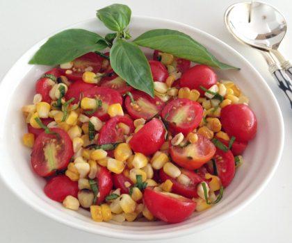 Салат из помидоров черри и кукурузы