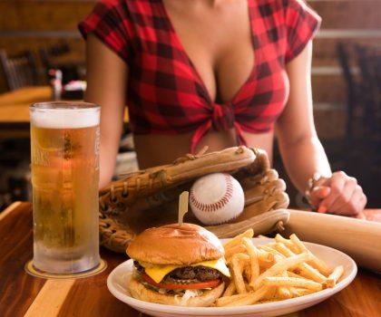 Рассказ о американском феномене «грудных» ресторанов