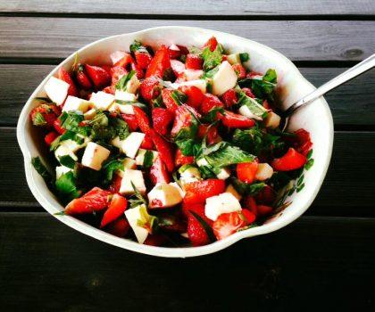 Салат из клубники и моцареллы с добавлением эстрагона
