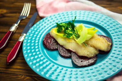 Ароматная рыба в курт-бульоне со свеклой