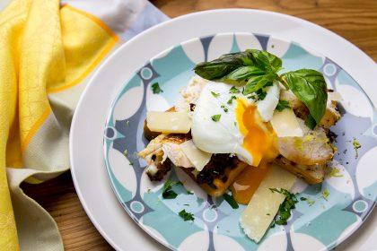 Тосты с яйцом пашот и курицей