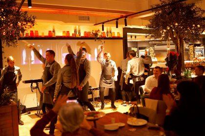 В Guramma Italiana официанты танцуют