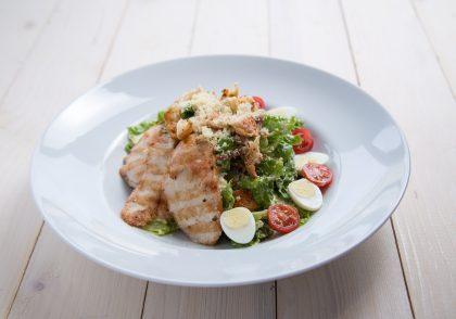 Салат «Цезарь» с куриным филе «Эпикур»: рецепты «Дни полезного Кура Эпикур в PESTO CAFÉ»