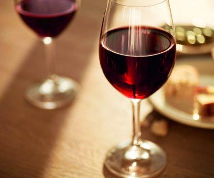 Так можно ли бокальчик? Диетолог выступила против употребления красного вина
