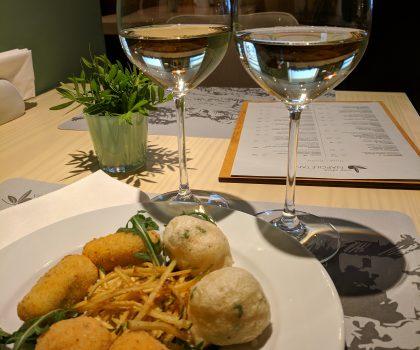 Viva OlivaNAPOLETANA сервируют аперитиво-сет из белого вина и специальных антипасти