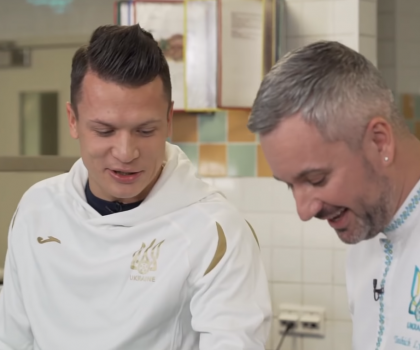 Евгений Коноплянка учится готовить ризотто в новом выпуске «Футбольной кухни»