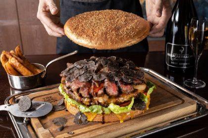 В честь нового императора японский ресторан выпустил гигантский бургер стоимостью 900 $