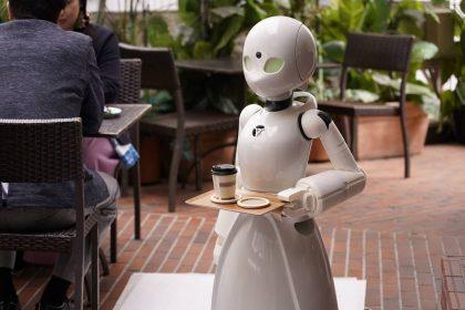 Роботи-офіціанти допомагають прикутим до ліжка японцям працювати