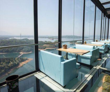 Головне – не дивитися униз: у Китаї відкрили кафе зі скляною підлогою на висоті 99 метрів