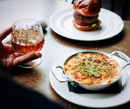Поїсти та випити: заклади, де подають не лише коктейлі, але й їжу
