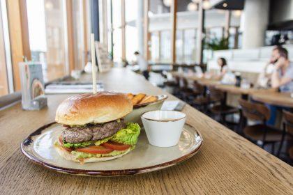 Бургери жовтня: що смачного пропонують улюблені та нові заклади?