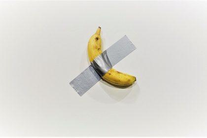 Відвідувач виставки з'їв банан зі скотчем, який продали за $120 000