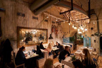 Новий заклад: одеська атмосфера, рибне меню та єврейські страви в «Одеса-мама» на Контрактовій