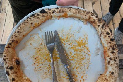 2020, зглянься! В Англії гість з'їв піцу у «жахливий» спосіб та був названий варваром