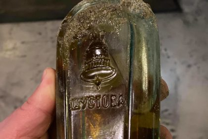 В Одесі під час ремонтних робіт знайшли пляшку 120-річного бренді