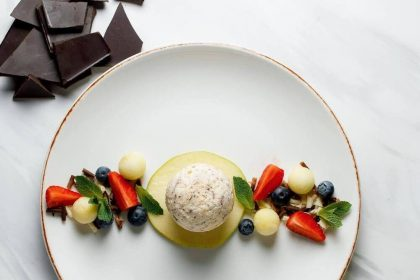 Літні десерти в закладах столиці: семіфредо, шоколадне суфле з ягодами, грецький мiльфей, йогуртове морозиво
